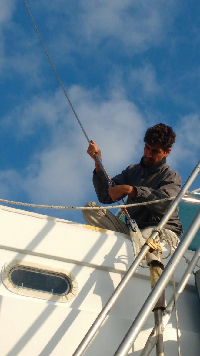 Concentration as Henrique reinstalls the rig © Mission Océan