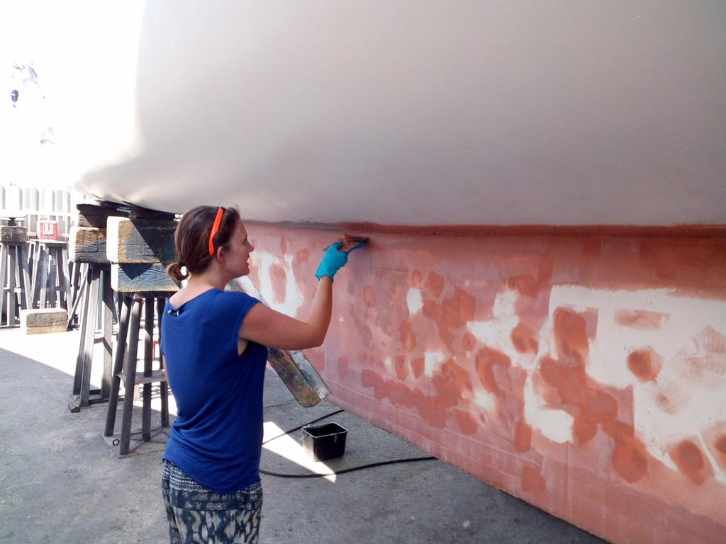 Laura working to rebuild the keel © Mission Océan